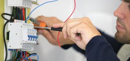 Comment éviter l'électrocution pendant une réparation électrique domestique ?