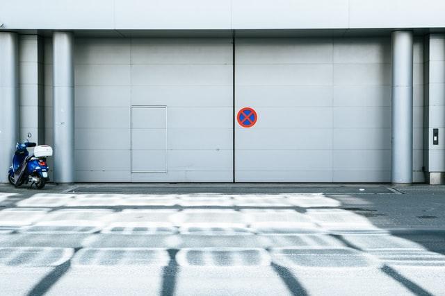 porte de garage -unsplash
